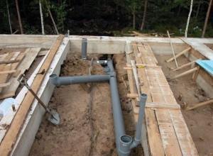 Все канализационные трубы собраны еще до заливки стяжки