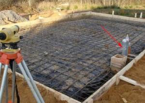 Подготовка к заливке плитного фундамента. Стрелкой показаны выходы проложенных инженерных коммуникаций
