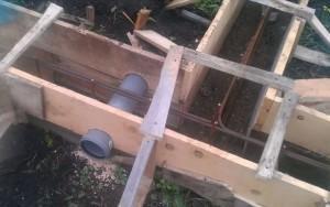 Установка пластиковых труб в опалубку