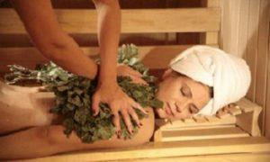 Вначале проводится мягкий массаж, простым прижатием веника к телу
