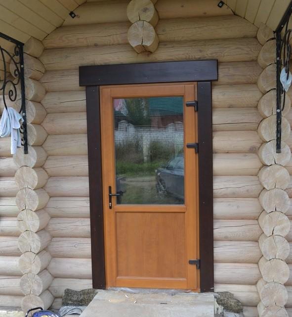 Для входной двери хорошо подойдет конструкция со стеклопакетом