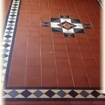 Бетонный пол, облицованный керамической плиткой
