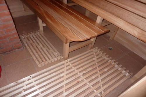 Лучший вариант — применение решетчатого пола на бетонном основании