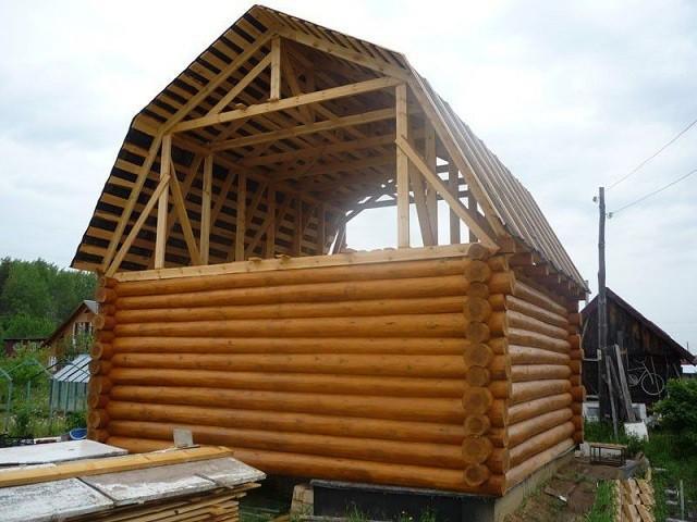"""Даже на небольшой постройке мансардная """"ломаная"""" крыша смотрится очень органично"""