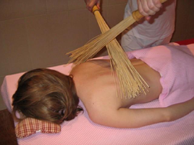 Легкий банный массаж бамбуковыми вениками
