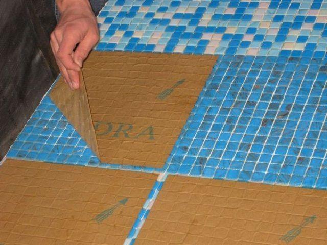 Очень удобна для укладки на пол мелкая мозаичная плитка