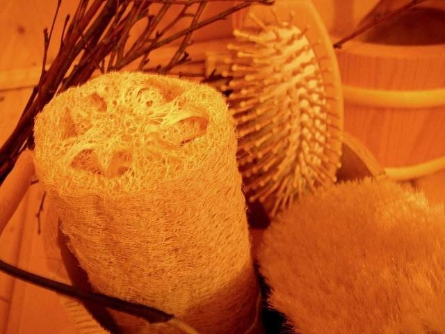 Использовать для мытья лучше натуральные мочалки или жесткие рукавицы