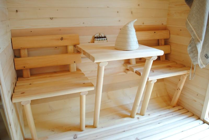 На фото изображен маленький предбанник с решетчатым деревянным полом