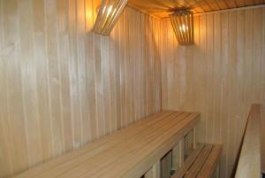 Обшивка вагонкой парилки. Деревянные плинтусы под потолком