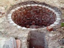 Сточная яма, выложенная кирпичом