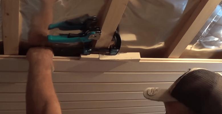 Способ уплотнения с помощью скобы и клина