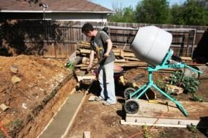 Заливается и распределяется бетон