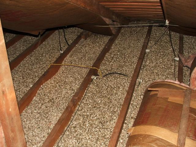 Вполне применим для утепления потолка  и керамзит