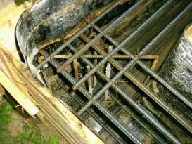 Армирование угла ленточного фундамента. Стенки опалубки проложены рубероидом