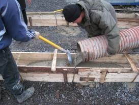 Выравнивание раствора лопатой