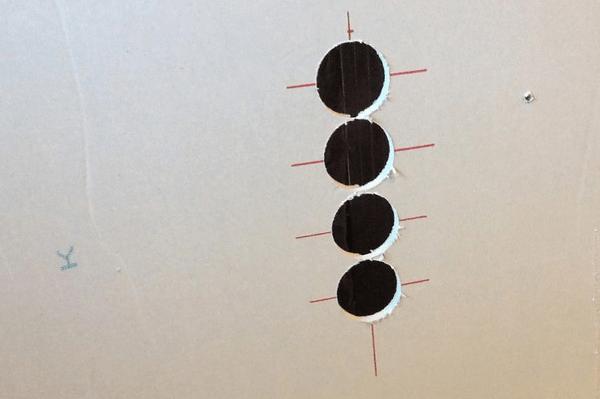 Вырезаем отверстия в гипсокартоне под установку подразетников