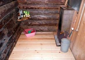 Деревянный пол протекающего типа в моечной