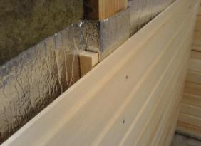 Зазор в 1-2 см позволит конденсату просыхать в период между протопками бани