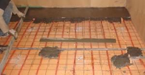 Заливка стяжки поверх пеноплекса, дополнительно уложена система теплого пола