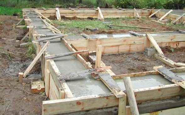 Залитый в опалубку бетон протыкается вибробуром, выравнивается и шлифуется