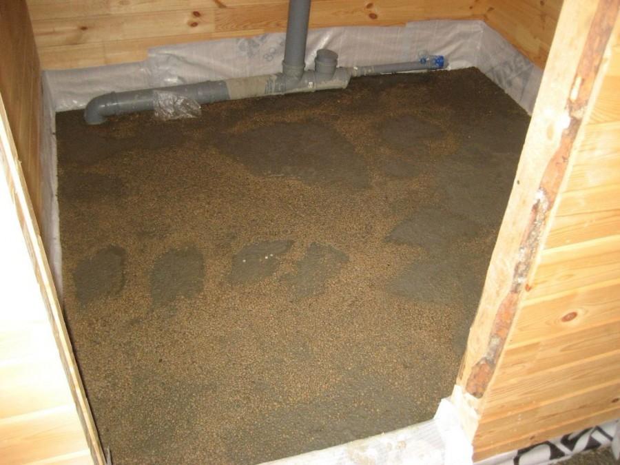 Залитый пол засыпан влажными опилками для равномерности высыхания