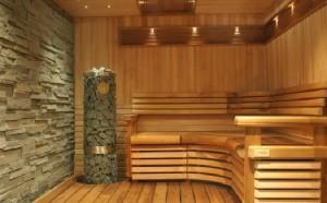 Интерьер бани с камнем