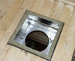 Короб вставлен в проем и изолирован от него базальтовой ватой