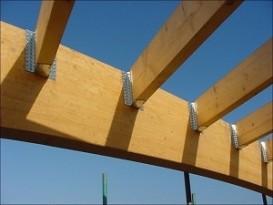 Монтаж балки при помощи перфорированных стальных кронштейнов