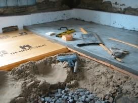 На фото видна укладка пеноплекса на песчано-щебневую подушку, а также заливка цементного раствора