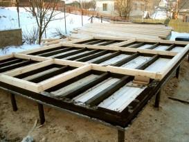 Первый венец и начало обустройства чернового пола бани на свайно-винтовом фундаменте