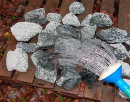 Подготовка камней к укладке в каменку
