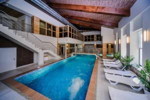 Пример веранды с бассейном в СПА-клубе