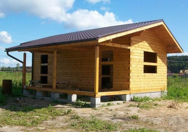 Пример общей крыши для веранды и бани