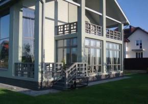 Пример террасы с расположенным над ней балконом