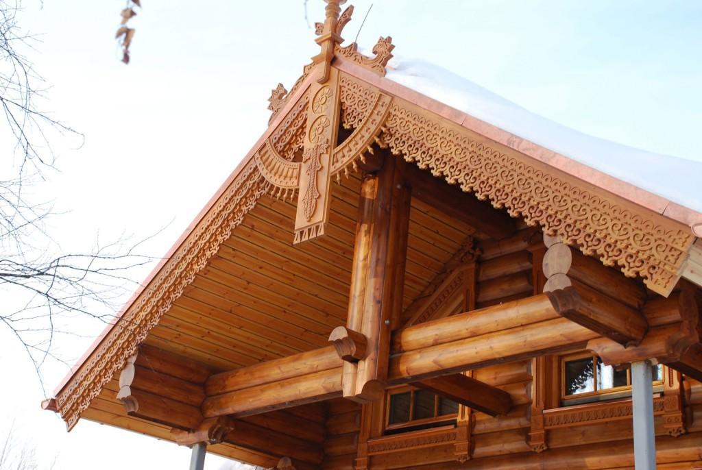 Резная крыша бани в традиционном стиле