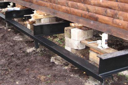 Свайно-винтовой фундамент ремонтируют, просто приподнимая дом на домкратах