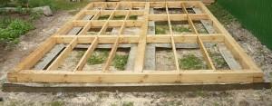 Строительство стен бани с верандой. Первый венец и лаги чернового пола