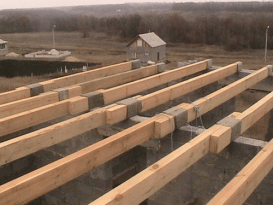 Укладка деревянных балок перекрытия. Вариант со сращиванием над межклмнатной перегородкой