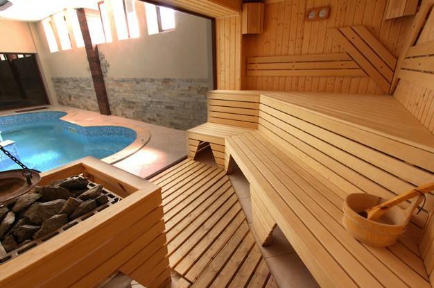 Через панорамное окно парной виден бассейн