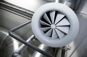 Работающий парогенератор постоянно выпускает порции пара, которые конденсируются на стенах, а его избыточное количество выводится в вентиляцию.