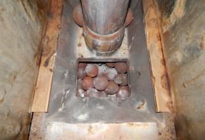 Чтобы не заполнять дорогим натуральным материалом весь объем каменки, заложите на дно чугунные камни а сверху декорируйте минералами