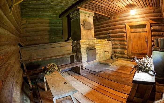 Раньше бани строились с просторными помещениями, чтобы места хватило всем членам семьи