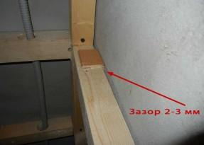 Правильно брусок крепить к бетонным стенам через проставки толщиной 2-3 мм, чтобы оставлять вентиляционный зазор