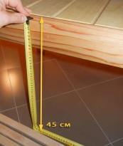 Высота нижнего уровня полков от пола составляет 45 см