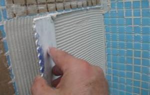 Выравнивание раствора клея для укладки стеклянной мозаики