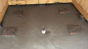 Первый слой бетона. Можно добавить немного жидкого стекла в раствор для улучшения свойств стяжки