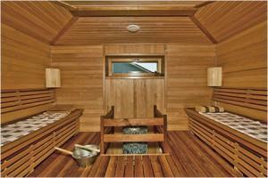 Вариант протекающего пола в бане. Доски уложены с небольшим зазором