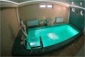 Банный бассейн со стилизованной подсветкой