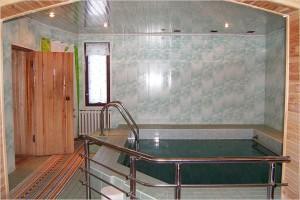 Удобный бассейн с поручнями, облицованный плиткой