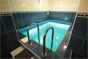 Удачный вариант бассейна с поручнями и облицовкой плиткой